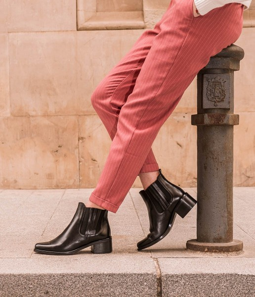 Chelsea leather ankle boot with elastic