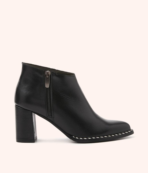 Leather ankle boot with braided toe and zip