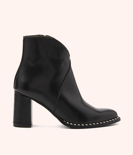 High leather ankle boot with braided toe and zip