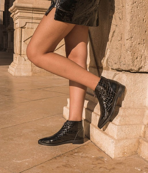 Textured patent leather ankle boot with zipper on the instep