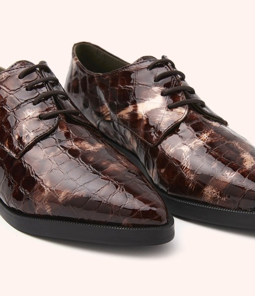 Textured patent leather blucher shoe with two-tone marbled