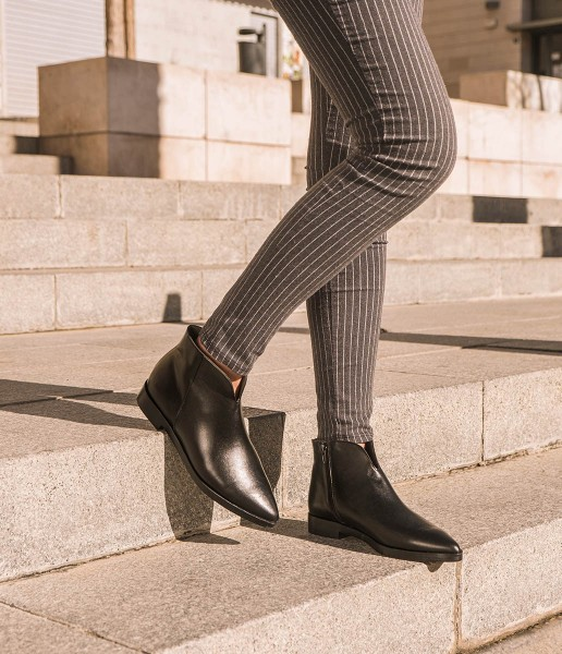 Classic leather ankle boot with elongated toe