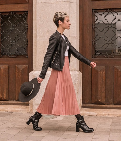 Casual high-heeled ankle boot in textured patent leather