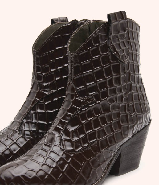 Campero leather ankle boot with special texture with relief