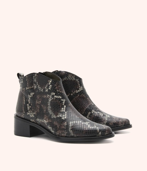 Ankle boot in Safari print and engraving