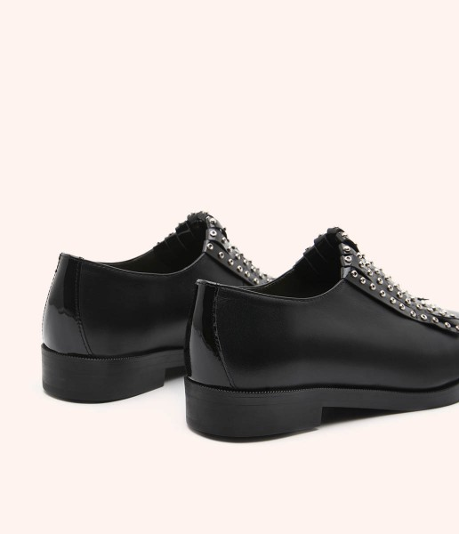 Blucher shoe in leather without laces, fringes and studs decoration.