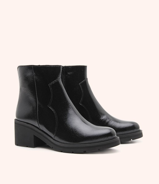 Smooth leather ankle boots with heel and toothed platform.