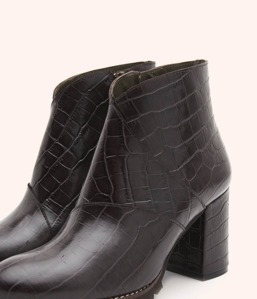 High-top ankle boot in engraved leather and comfortable heel.