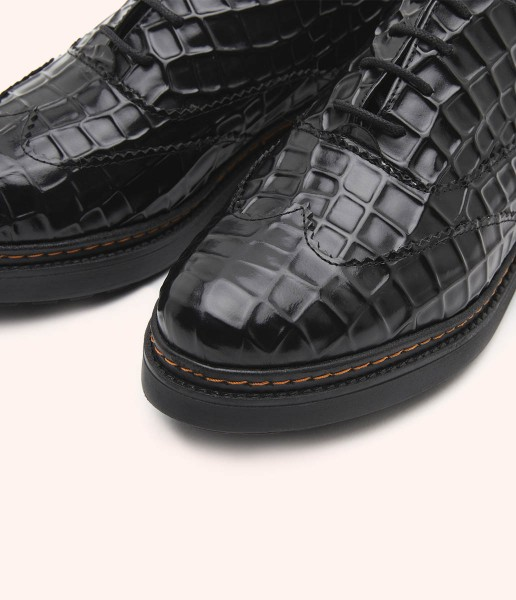 Laces oxford shoe in shiny leather with special embossing.