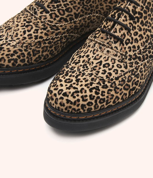 Oxford shoe in mottled leather Safari style with lace closure.