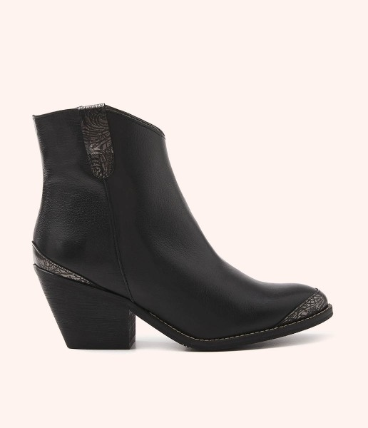 Cowboy leather ankle boots with engravings